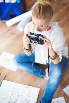 Mulher artista configurando a câmera
