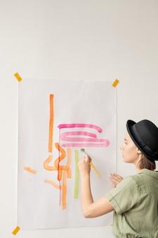 Mulher artista pintando com pincéis