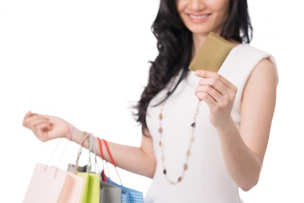 Mulher às compras com cartão
