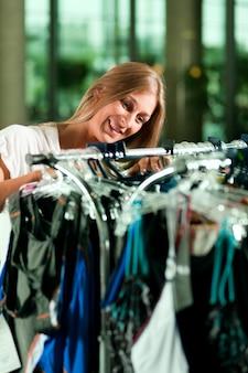 Mulher às compras em uma loja de roupas