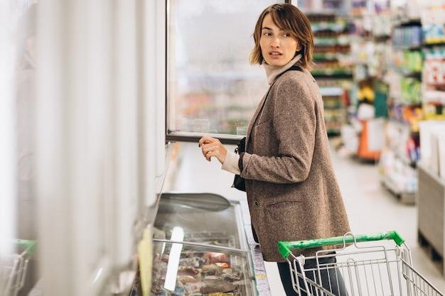 Mulher às compras na mercearia