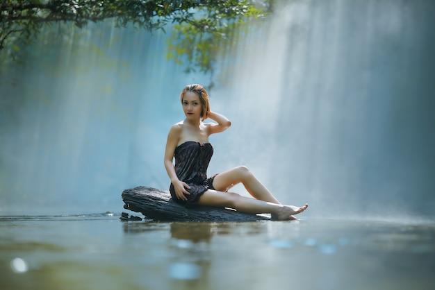 Mulher asian, banhar-se, em, a, river, countrycide, asia,