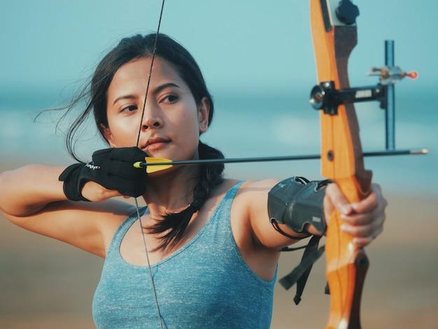 Mulher asian, com, arco, tiro com arco