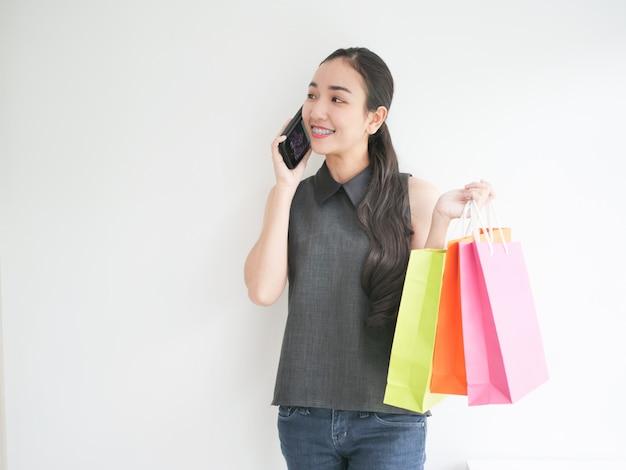 Mulher asian, com, saco shopping, em, sala de estar