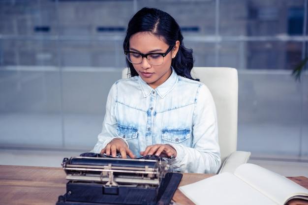 Mulher asian, dactilografia, em, escritório