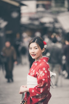Mulher asian, desgastar, tradicional, quimono japonês, andar, em, a, cidade velha, de, kyoto