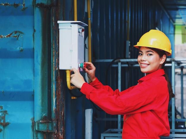 Mulher asian, em, engenharia, ficar uniforme, em, fábrica, para, trabalhando