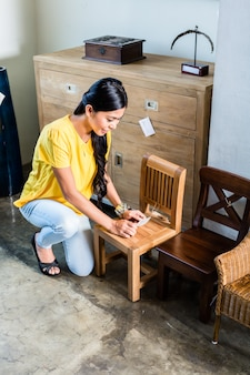 Mulher asian, em, loja mobília, cadeira compra