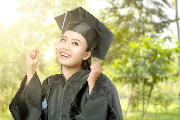 Mulher asian, em, mortarboard, chapéu, graduar, de, faculdade