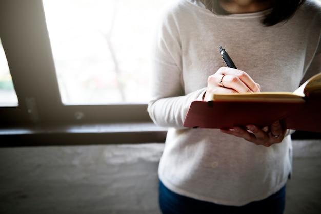Mulher asian, escrita, ligado, um, caderno
