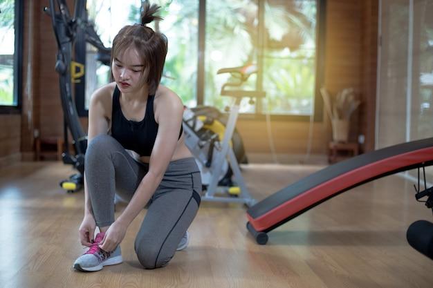 Mulher asian, exercitar, em, ginásio, mulher jovem, malhação, em, condicão física, para, dela, saudável