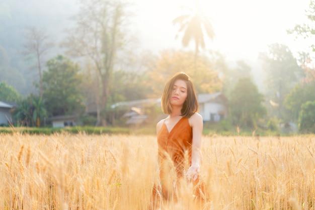 Mulher asian, ficar, ao ar livre