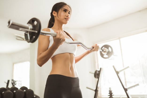 Mulher asian, levantamento peso, em, ginásio