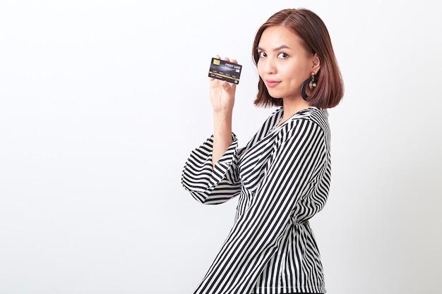 Mulher asian, segurando, cartão crédito