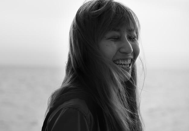 Mulher asian, sorrindo, com, olhos fecharam, retrato