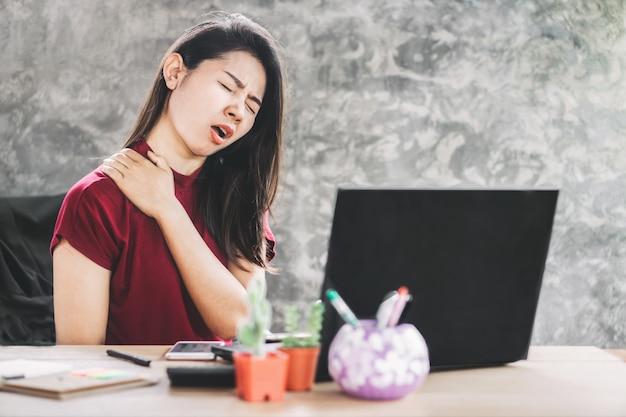 Mulher asian, tendo, pescoço, e, dor ombro