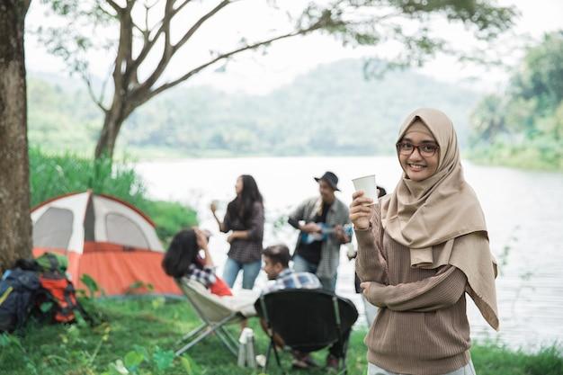 Mulher asiática, acampar com amigo