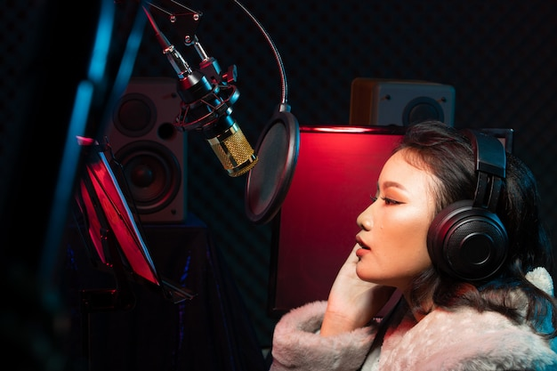 Mulher asiática adolescente cantar música alto poder som
