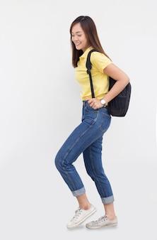 Mulher asiática adolescente com bagagem escolar em fundo branco com vestido casual
