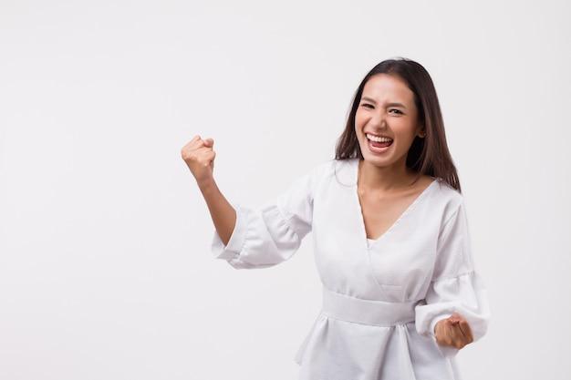 Mulher asiática animada olhando para cima
