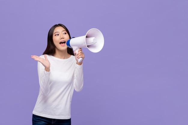 Mulher asiática anunciando no magaphone