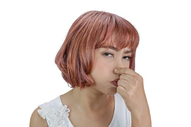 Mulher asiática aperta o nariz para o conceito de mau cheiro