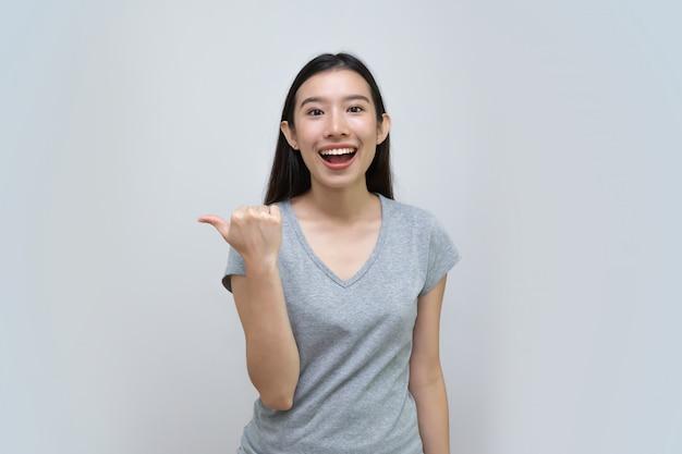 Mulher asiática aponta um dedo, bela jovem