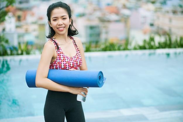 Mulher asiática após treino esportivo