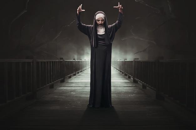 Mulher asiática assustador diabo freira