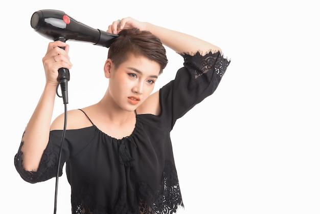 Mulher asiática atirando em cabelo usando secador de cabelo branco