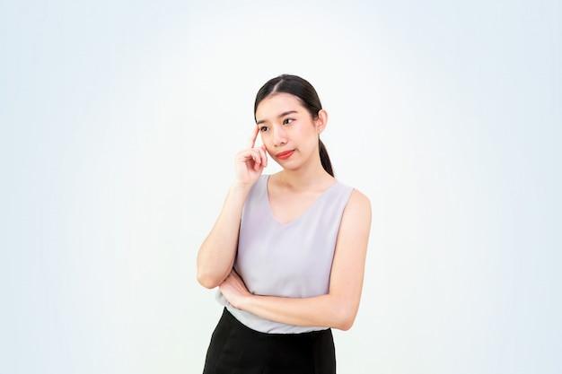 Mulher asiática atraente pensando isolado, linda jovem asiática, garota de negócios