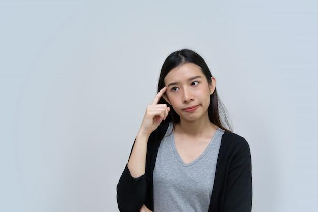 Mulher asiática atraente pensando isolado, linda jovem asiática