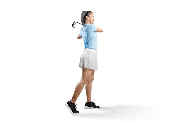 Mulher asiática balançar o clube de golfe de ferro