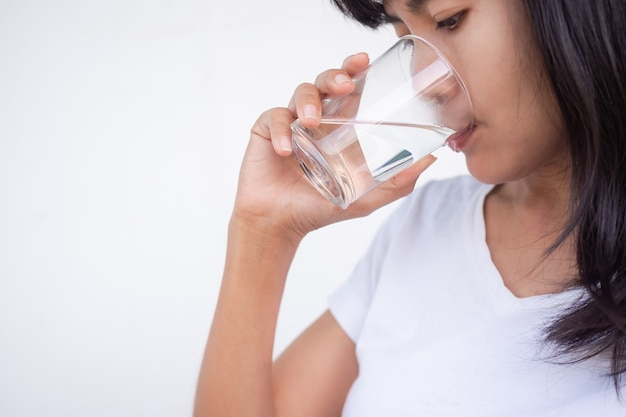 Mulher asiática bebendo água