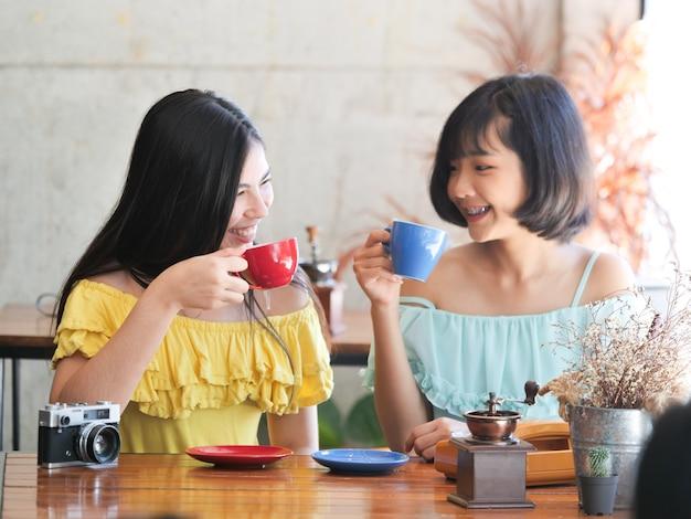 Mulher asiática beber café e relaxar no café café