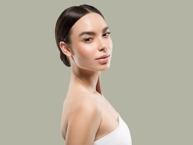 Mulher asiática beleza, cuidados com a pele saudável e cabelo bonito feminino modelo retrato cor de fundo verde