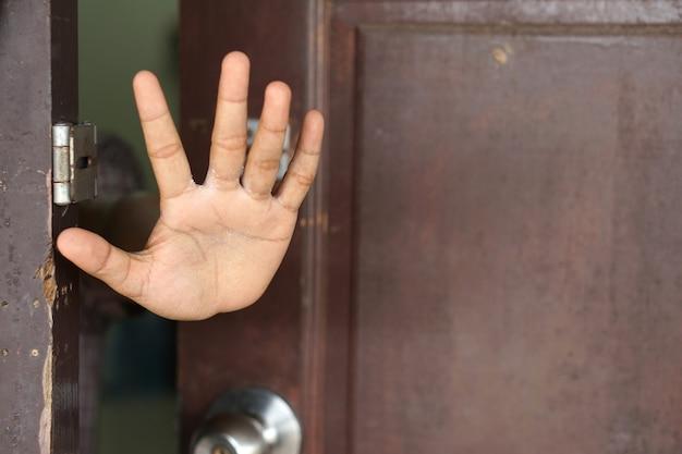 Mulher asiática bloqueando o rosto com a mão