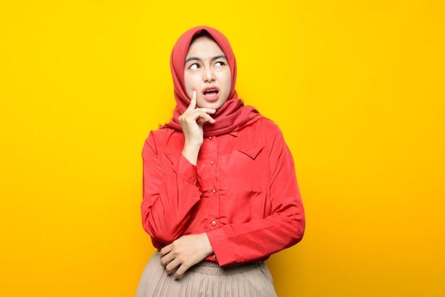 Mulher asiática bonita com rosto confuso usando hijab