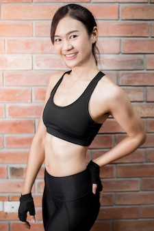 Mulher asiática bonita fitness