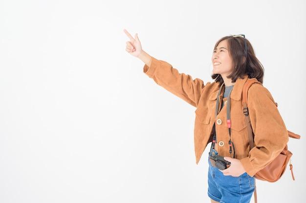 Mulher asiática bonita nova do turista feliz