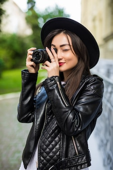 Mulher asiática bonita nova do viajante que usa a câmera compacta digital e o sorriso, olhando o espaço da cópia. estilo de vida de viagem de viagem, explorador de viagens do mundo. conceito de turismo de verão na ásia