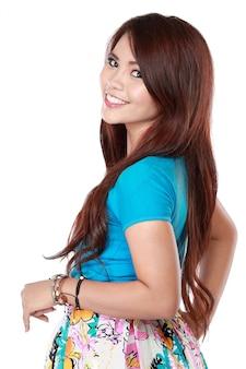 Mulher asiática bonita posando,