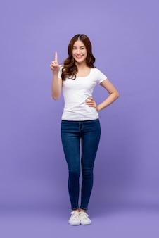 Mulher asiática bonita sorrindo e apontando o dedo para cima