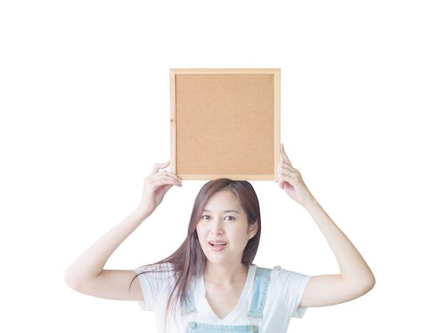 Mulher asiática closeup com placa de cortiça isolada no branco