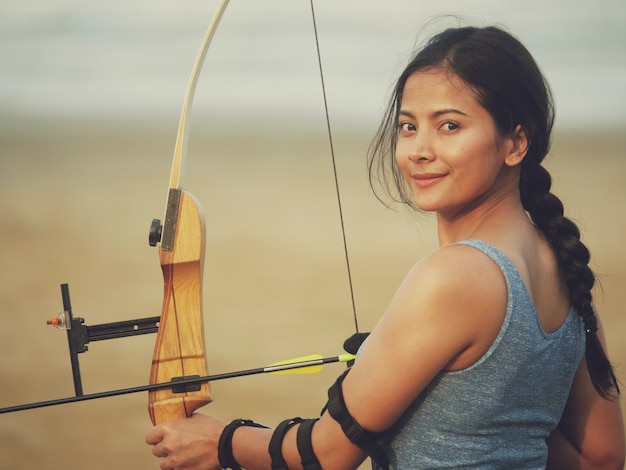 Mulher asiática com arco arachery