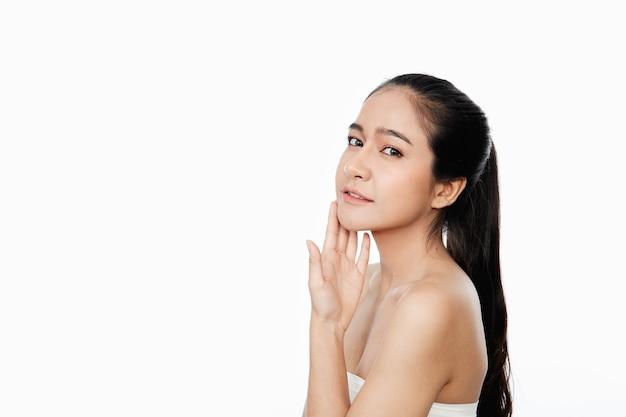 Mulher asiática com as mãos tocando o rosto