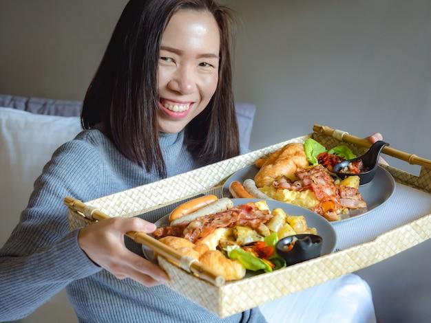 Mulher asiática com bandeja de comida