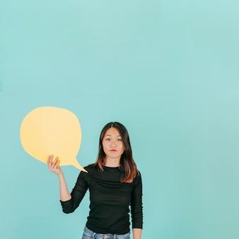 Mulher asiática com bolha de discurso