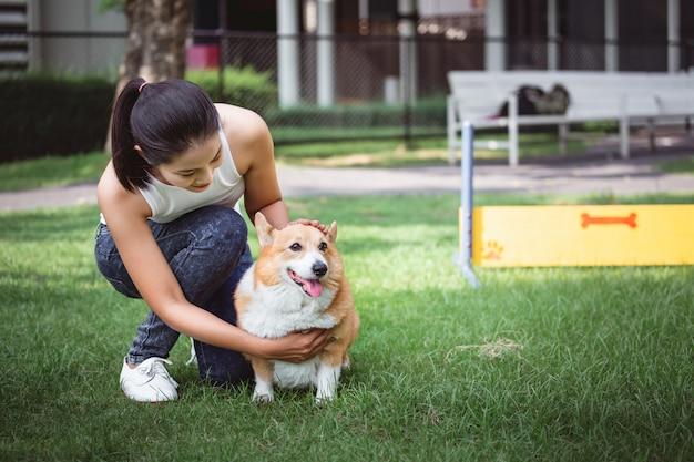 Mulher asiática com cachorro welsh corgi pembroke
