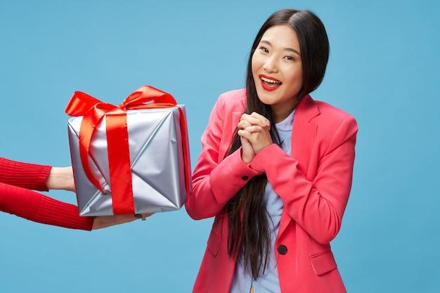 Mulher asiática com caixa de presente
